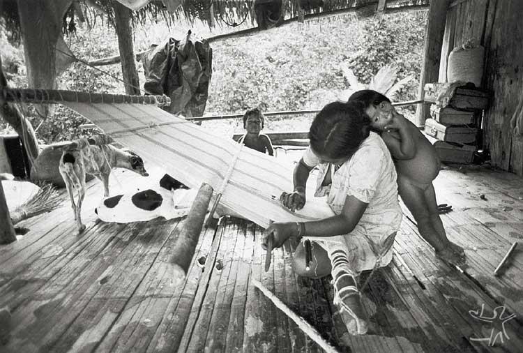 Mulher Kaxinawá tecendo com algodão. Foto: Nietta Lindenberg Monte, 1984.