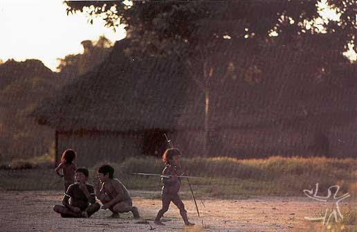 Crianças brincam na aldeia. Foto: Gustaaf Verswijver, 1991.