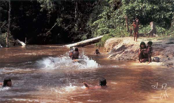 Os Mekrãgnoti se banham várias vezes por dia no rio próximo à aldeia. Foto: Gustaaf Verswijver, 1991.