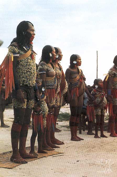 Os amigos rituais das crianças honradas na fase final de um ritual de nominação. Foto: Gustaaf Verswijver, 1991.