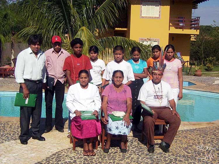 Grupo Kinikinau na pousada do encontro Povo Kinikinawa: persistindo a resistência, em Bonito (MS). Foto: José Luiz de Souza, 2004.
