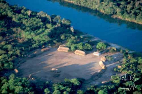 Aldeia Ricoh, dos Suyá, às margens do rio Suyá-Missu, no Parque Indígena do Xingu. Foto: Pedro Martinelli, 1999.