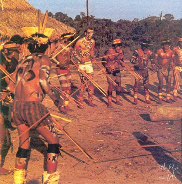 O etnólogo Anthony Seeger participando de uma cerimônia de canto com os Suyá. Foto: Anthony Seeger, 1982.