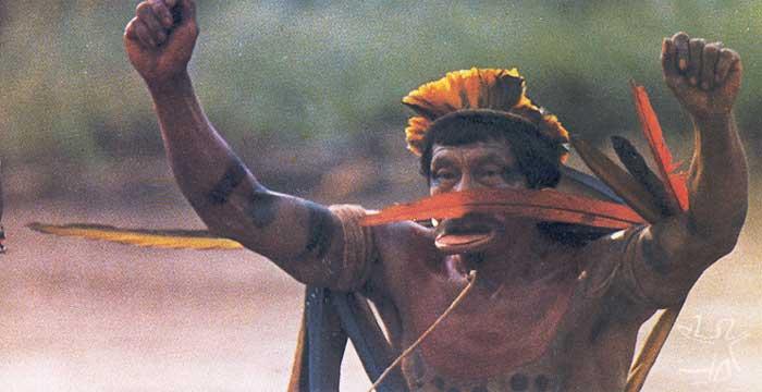 Homem suyá entoando uma akia. Foto: Anthony Seeger, 1982.