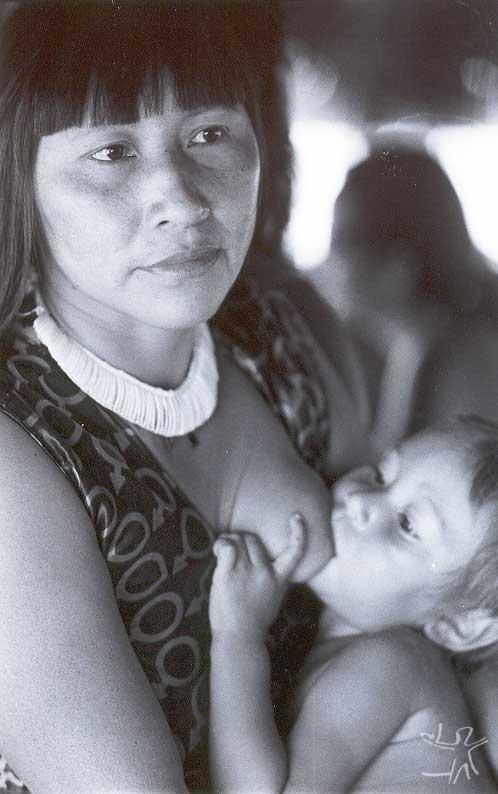 Gaiteme Suyá amamentando seu filho. Foto: Camila Gauditano, 2001.