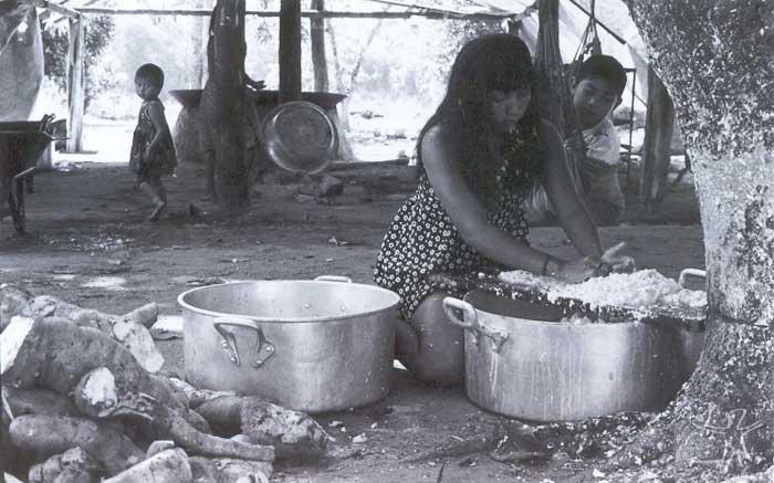 Mulher suyá processando a mandioca. Foto: Camila Gauditano, 2001.