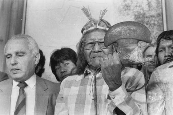Cerimônia em que reitor da USP devolve aos Krahô a machadinha que se encontrava no Museu Paulista. Foto: Alfredo Rizzuti, 1986
