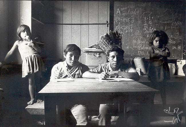 Os Kulina de Naronawa pediram que os fotografasse como se estivessem escrevendo. A falta de escolas (os missionários foram expulsos pela FUNAI em 77) era um dos maiores problemas kulina na época. Foto: Eduardo viveiros de Castro,1978.