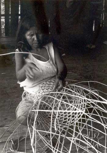 Fabricação de cesto com folha de palmeira. Foto: Heine Heiner, 1986.