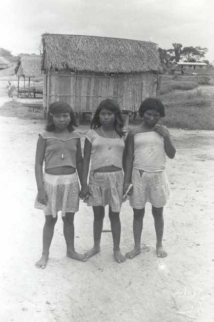 Meninas kulina na aldeia de Envira. Foto: Terri Vale de Aquino, 1982.