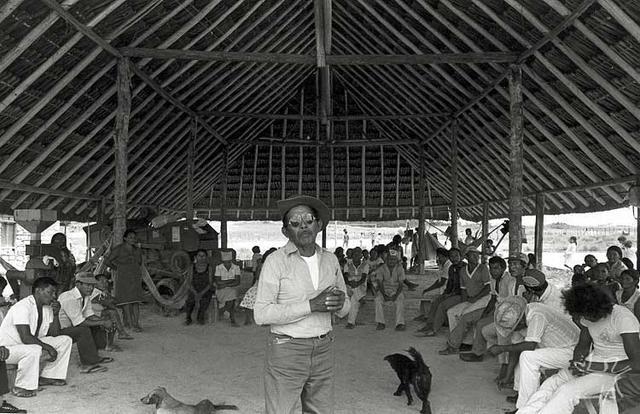 Assembléia de tuxauas macuxi na maloca Boca da Mata. Foto: Eliane Motta, 1984.