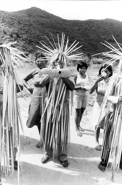 Dança Parixara entre os Macuxi de Perdiz/Cotingo. Foto: Mário Giovannoni, 1983.