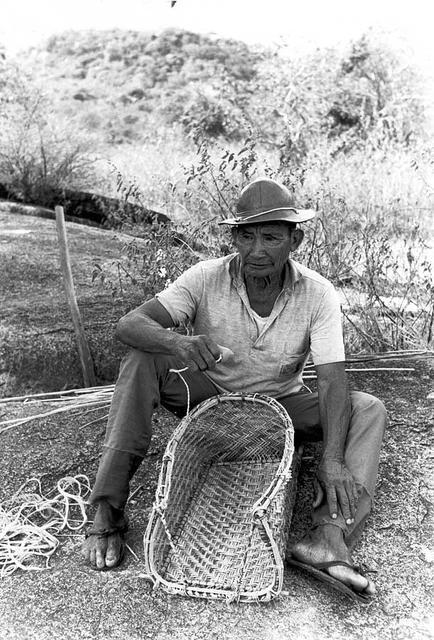 Macuxi confeccionando cestaria na Maloca do Congresso. Foto: Vincent Carelli, 1986.