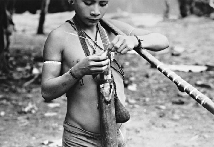 Índio com zarabatana. Terra Indígena Vale do Javari. Amazonas, 1985. Foto: Philippe Erikson