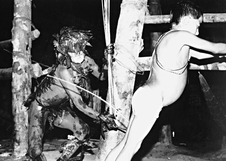 Índios Matis - espírito Mariwin castiga uma criança. Terra Indígena Vale do Javari. Amazonas, 1985. Foto: Philippe Erikson