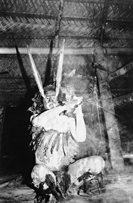 Índio Matis - espírito Mariwin vermelho em pose ameaçadora. Terra Indígena Vale do Javari. Amazonas, 1985. Foto: Philippe Erikson