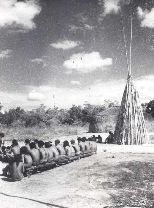 Gaiola da harpia na aldeia dos Mehinako. Foto: Acervo do Museu do Índio, s/d