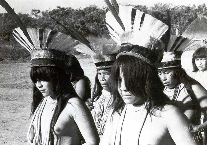 Ritual do Akajatapa, em que as jovens recebem o uluri. Em período de reclusão, elas não cortam a franja dos cabelos. Foto: Thomas Gregor, 1983.