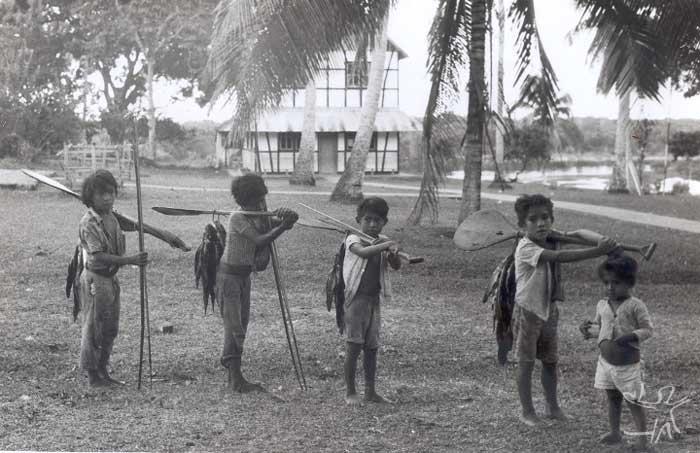 Crianças Munduruku voltam da pesca. Foto: Protassio Frikel, década de 1950.