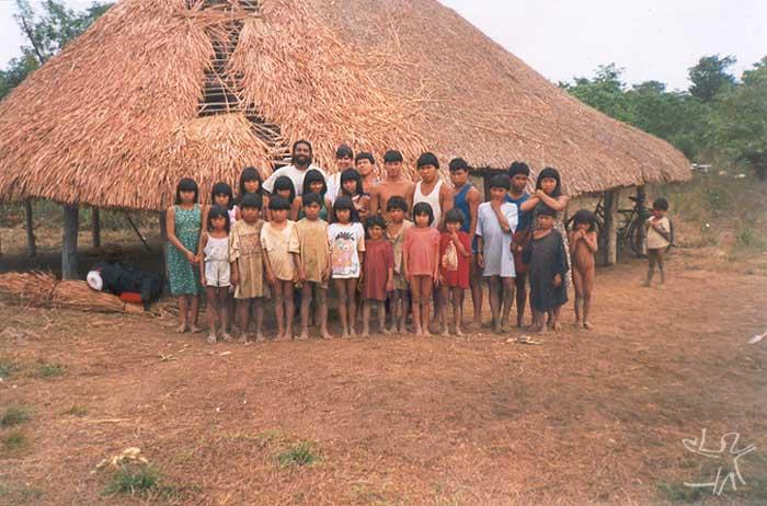 Os Nahukuá com membros do acompanhamento pedagógico às escolas indígenas do Parque Indígena do Xingu. Foto: Cláudio Lopes de Jesus, 1998