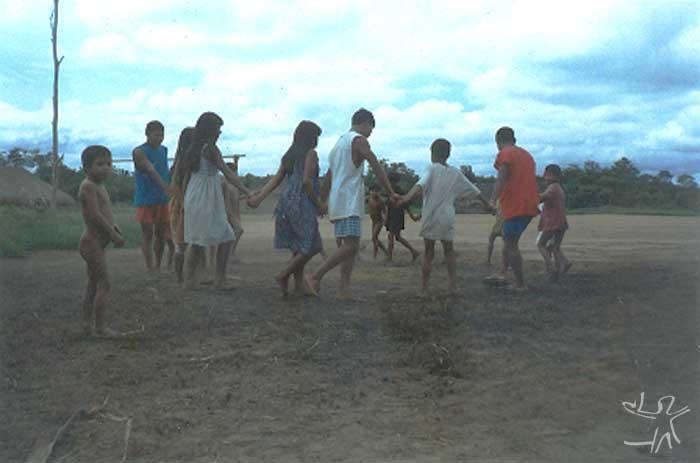 Ciranda na aldeia Nahukuá. Foto: Cláudio Lopes de Jesus, 1998