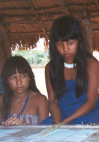Moça nahukuá com colar de contas de caramujo (branco), especialidade dos povos de língua karib no Xingu. Foto: Cláudio Lopes de Jesus, 1998
