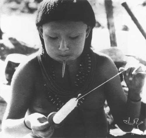 Menina fiando e mastigando para fermentar a makaloba. Foto: Jesco von Puttkamer/acervo IGPHA-UCG, 1969.