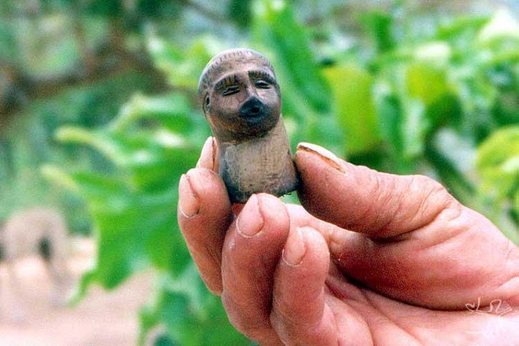 Artefato indígena encontrado em sítio arqueológico na Serra do Arapuá. Foto: Caroline Mendonça, 2003.