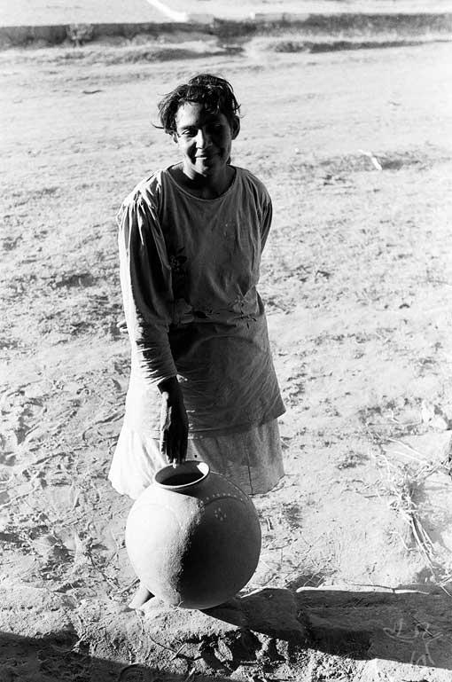 Índia pankararu segurando pote de barro de fabricação local destinado ao transporte de água. Foto: José Maurício Arruti, 1994.
