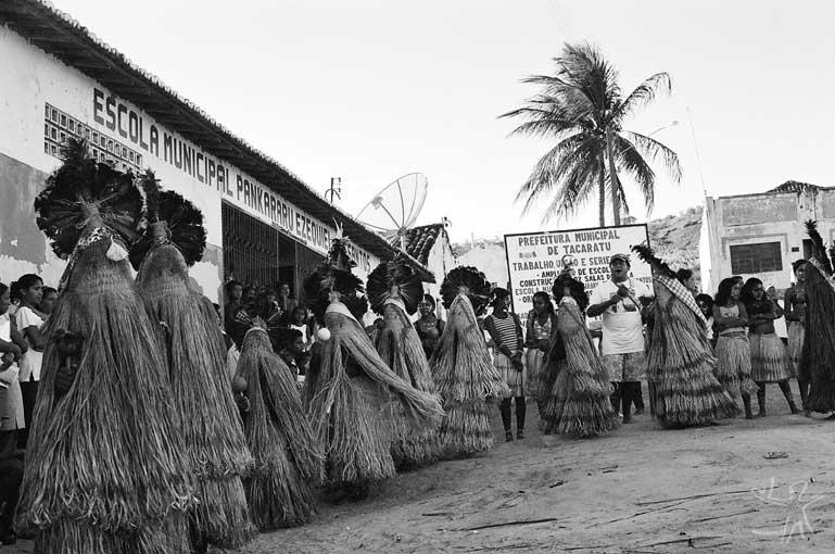 Apresentação do Toré em frente ao grupo escolar do Brejo dos Padres, no dia do encerramento do curso de qualificação de professoras indígenas, organizado pelo Centro de Cultura Luis Freire. Foto: José Maurício Arruti, 2000.