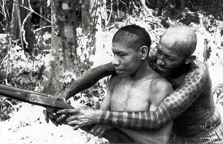 Aprendendo a manejar arma de fogo. Foto: Yves Billon, 1971.