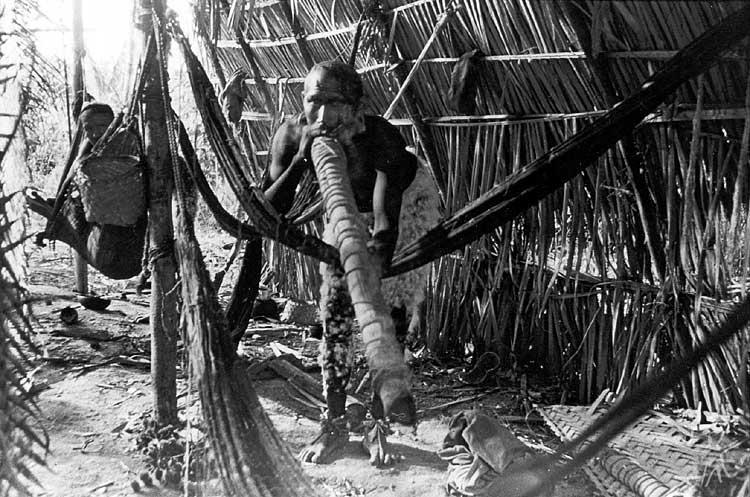 Parakanã no Igarapé Lontra. Foto: Alfredo Cabral, 1972.