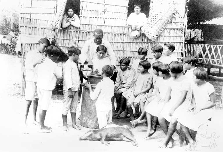Crianças ouvindo gramofone. Foto: IR1/SPI - Acervo Museu do Índio, 1927