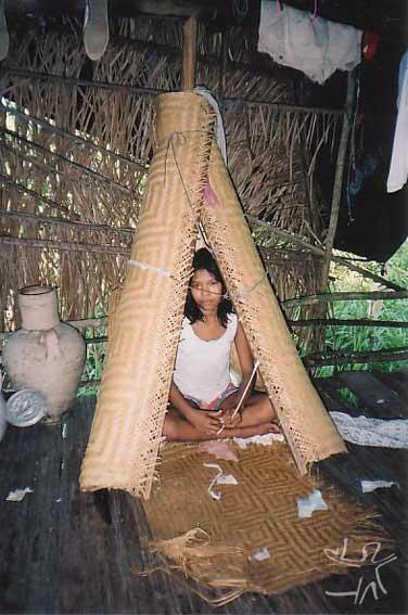Casinha de reclusão para menina na aldeia Santa Rita (Paumari do Lago Marahã). Foto: Peter Schröder/PPTAL , 2000