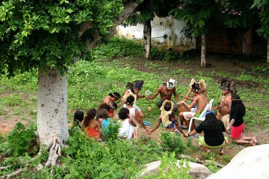 Roda de oração antes de inciar o Toré Pitaguary. Foto: Joceny Pinheiro, Março 2006, Maracanaú-CE