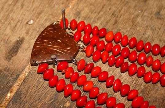 Produção de Colar. Foto: Joceny Pinheiro, Março 2006, Maracanaú-CE