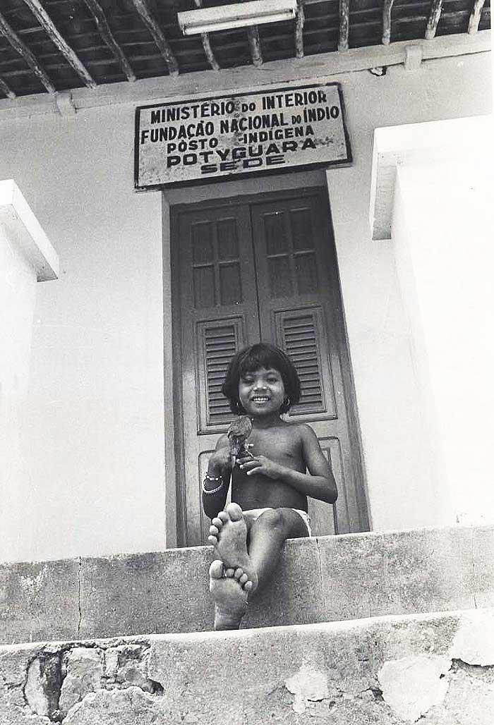 Menina Potyguara em frente ao Posto Indígena Potyguara, na Baía da Traição. Foto: Acervo do Jornal do Brasil, década de 80.
