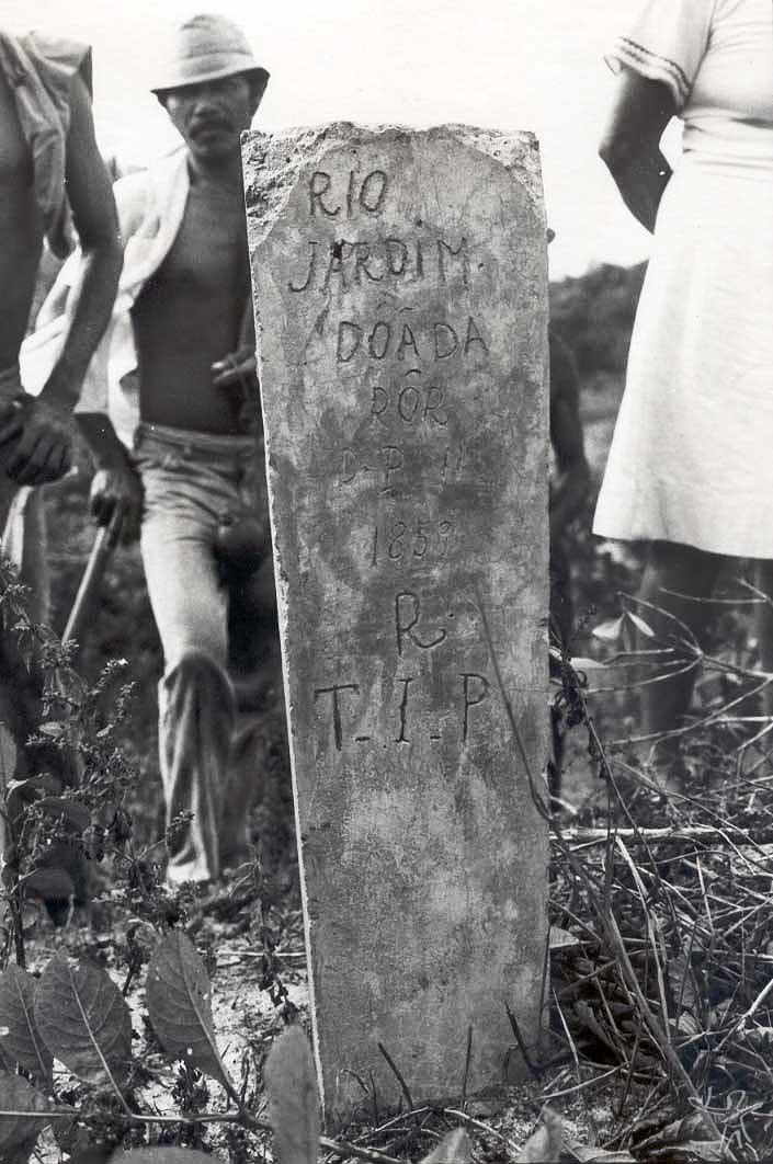 Marco de pedra da área doada por D. Pedro II em 1859 na Baia da Traição. Foto: Tiuré, 1981.