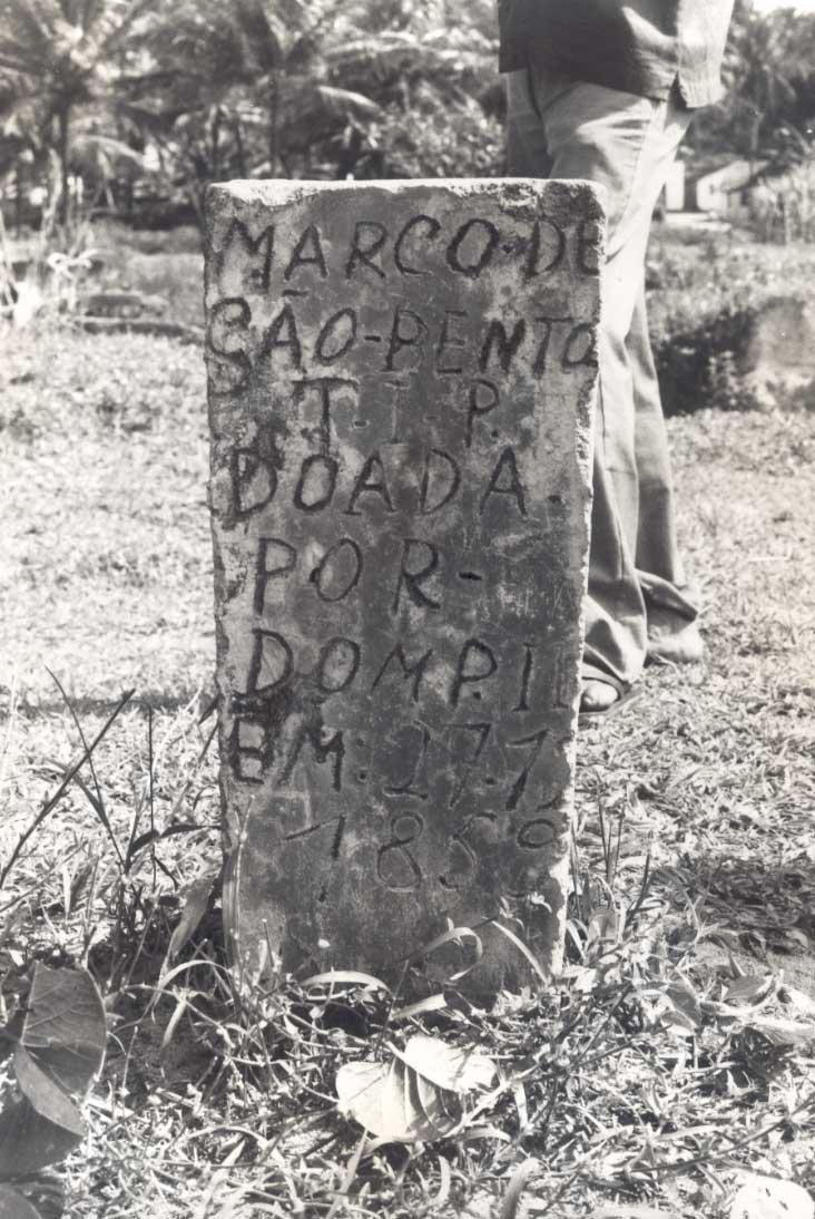 Marco de pedra deárea doada por D. Pedro II em 1859 na Baía da Traição. Foto: Tiuré, 1981.