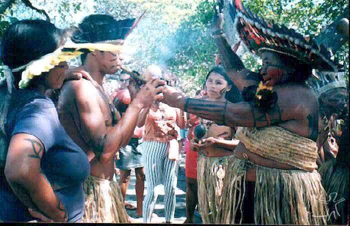 Pajé com defumador. Foto: Glebson Vieira, 2003.