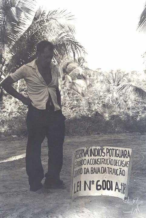 Placa demarcatória da TI Potyguara. Foto: Tiuré, 1981.