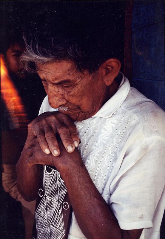 Tuxaua Manoelzinho Miquiles na leitura do Porantim, aldeia Nova Esperança, rio Marau. Foto: Sônia Lorenz, 1980.