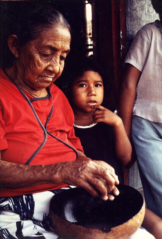 Cristina ralando guaraná com a neta Izete, aldeia Nova Esperança no rio Marau. Foto: Sônia Lorenz, 1980.