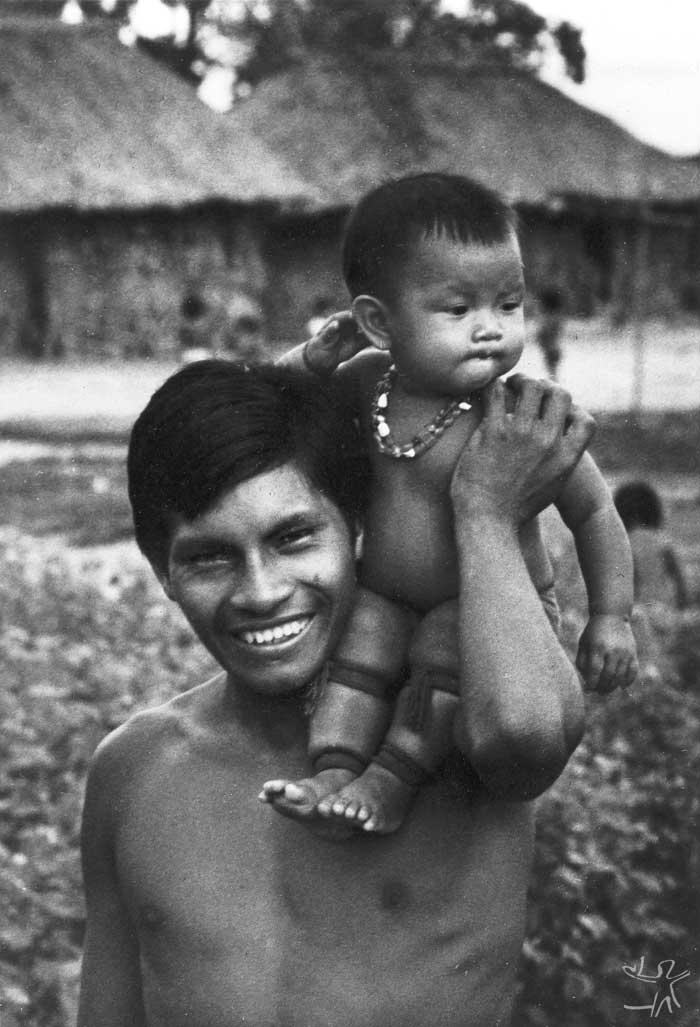 Rapaz Tapirapé com sua filha. Foto: Arquivo da Prelazia de São Félix, 1970.