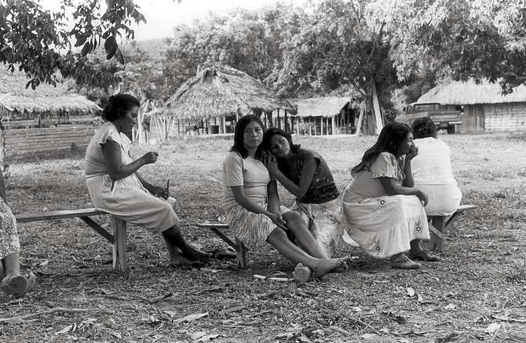 Moças Taurepang na aldeia Sorocaima. Foto: Eliane Motta, 1984.