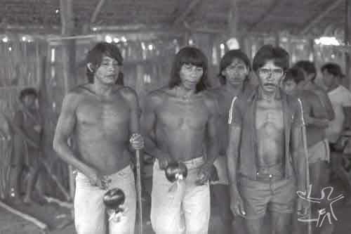 Festa do Wiraohawo. À esquerda, o cantador Piri; no meio, um cantador Urubu da aldeia de Japomirá; à direita um Tembé do Guamá em visita ao Gurupi. Foto: Virgínia Valadão,1983.