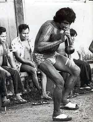 Cantador-pajé recebe os espíritos durante os cantos na festa do Wiraohawo-i, no Gurupi, que marca a introdução da carne na dieta das crianças. Foto: Vincent Carelli, 1980