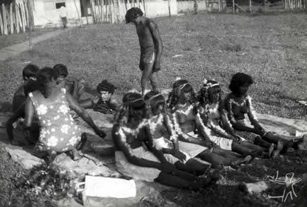 Jovens iniciadas na festa wihaohawo (festa da moça ou festa do moqueado),realizada durante a visita dos Tembé do Guamá ao Gurupi. Foto: Virgínia Valadão, 1983
