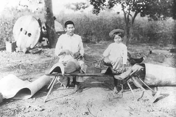 Fazendo arreio; Aldeia do Bananal. Foto: acervo do Museu do Índio, 1922.