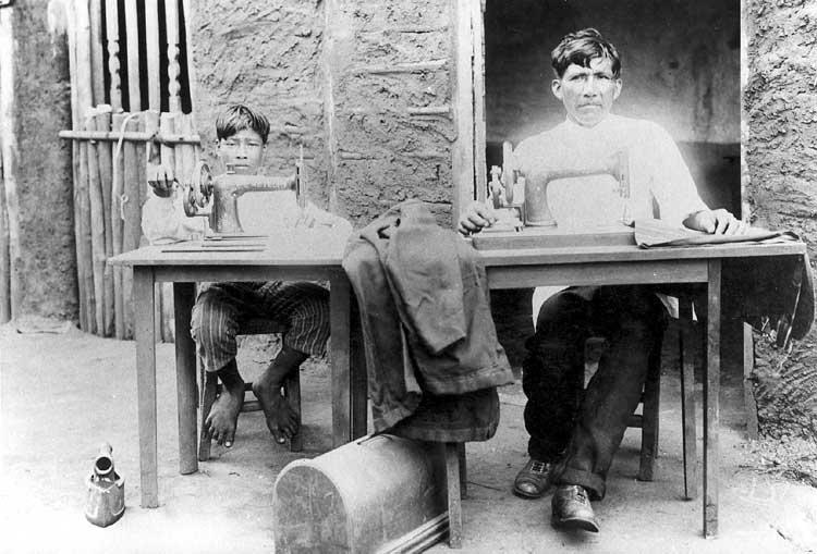 Costurando à maquina, Aldeia Cachoeirinha. Foto: acervo do Museu do Índio, 1922.